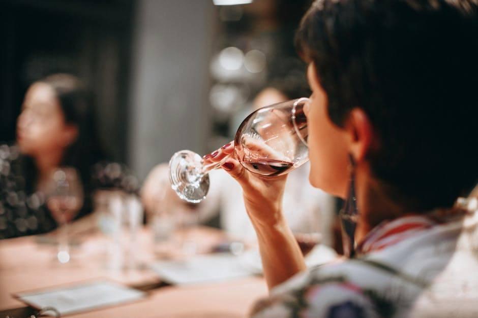 Come degustare il vino correttamente: i passaggi principali