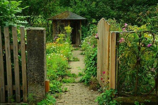 Inserire delle piccole casette in legno 2×2 in giardino