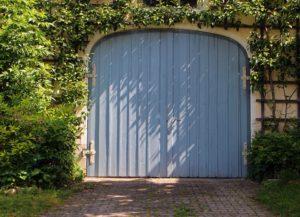 Sistemare un garage di legno nel proprio giardino