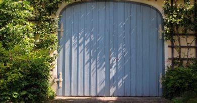 Sistemare un garage in legno in giardino