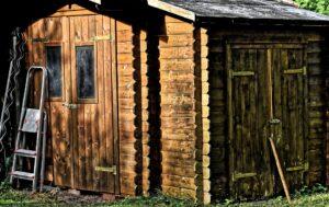 La casetta per gli attrezzi in legno che abbellisce il giardino