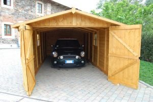 La comodità dell'installazione del garage in legno